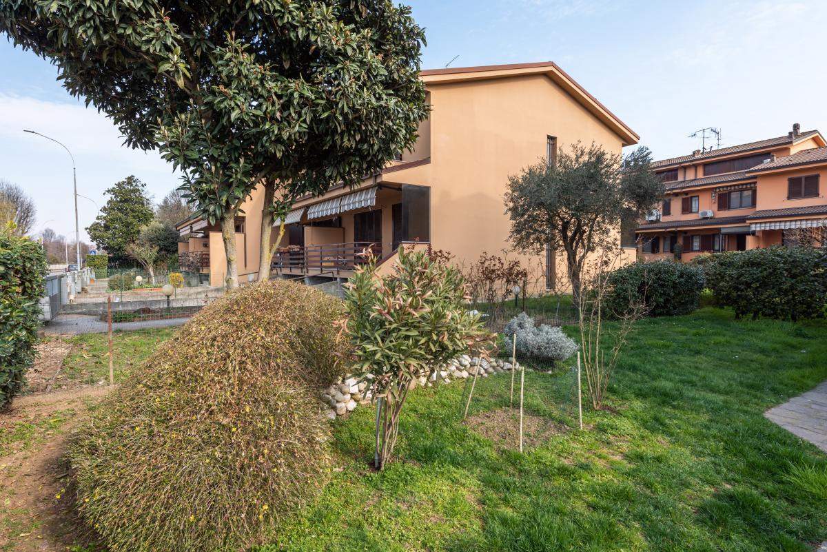 Villa a schiera con grande giardino privato  Lucino (Rodano) Vendita in Esclusiva - 3